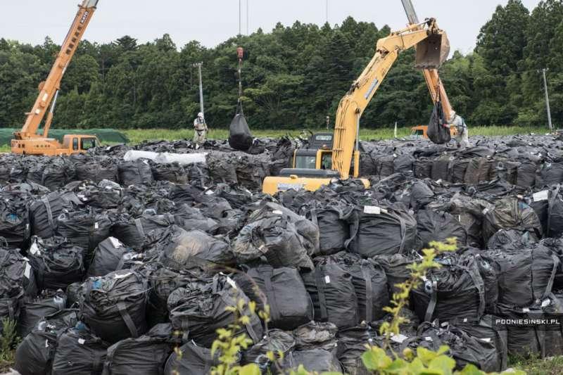 5 лет спустя: работа на АЭС кипит. Зараженную радиоактивную землю собирают и вывозят. http://oko-planet.su/phenomen/phenomenday/312867-fukusima-5-let-spustya.html