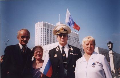 Соколова Любовь Константиновна на фоне Белого дома